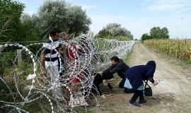Migrants à la frontière hongroise, août 2015 © Sandor Gemes - SzomSzed