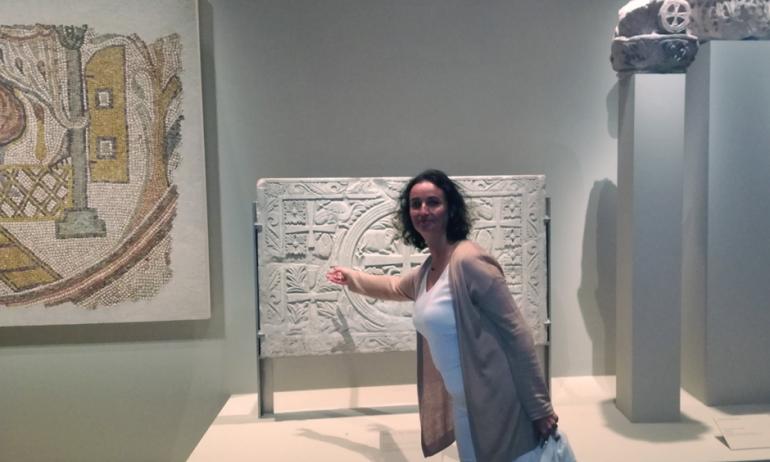 Annie Suret, conférencière de l'Institut du monde arabe, dans les salles de l'exposition Chrétiens d'Orient, octobre 2017