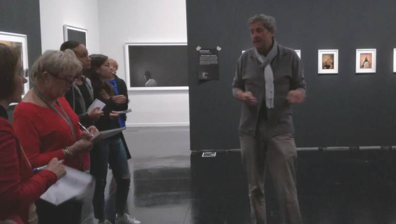 Gabriel Bauret, commissaire général, présente la 2e Biennale des photographes du monde arabe contemporain aux conférencières de l'Institut du monde arabe