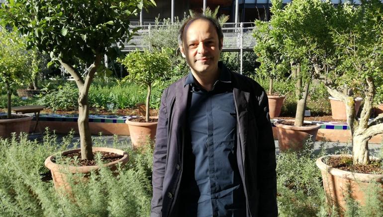 """Portrait de Zad Moultaka suite à son installation """"Vibrances atonales"""" dans le jardin de l'IMA"""