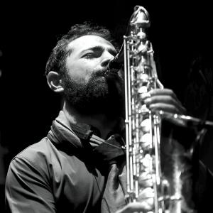 Basel Rajoub saxophone à l'Institut du monde arabe