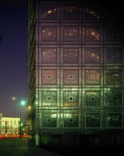 Vue de l'Institut du monde arabe la nuit