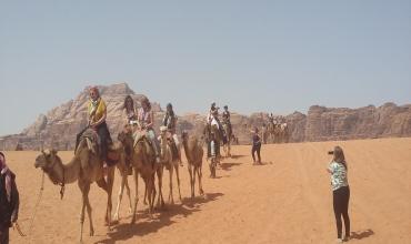 Promenade dans le désert du Wadi Rum.