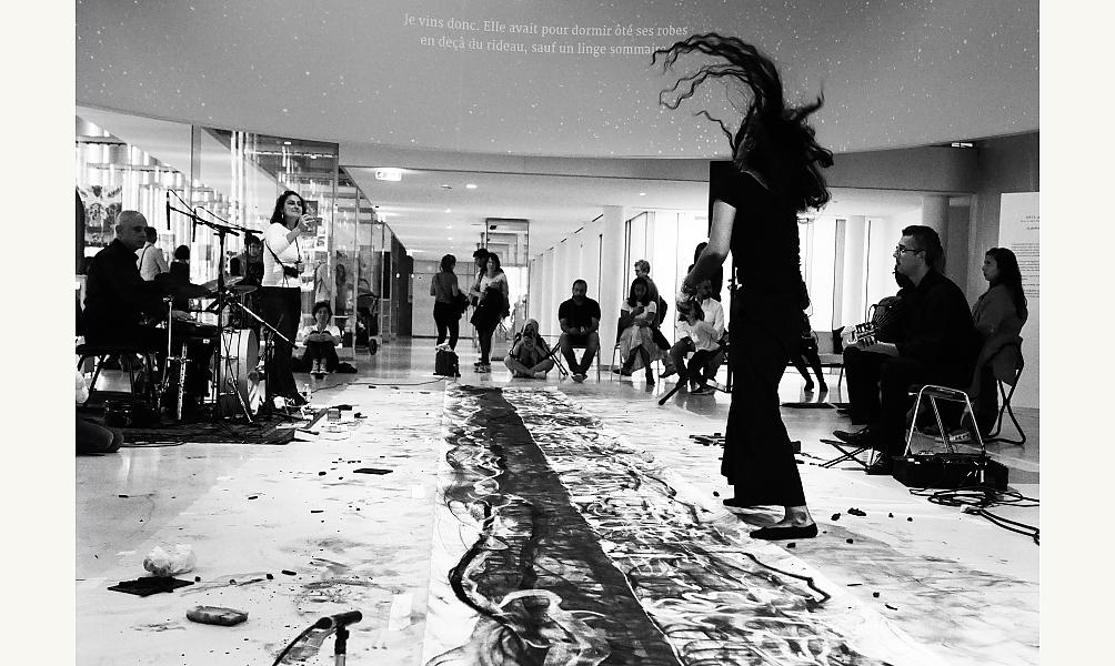 "Nagham Hodaifa lors de sa performance ""Mirage... Sarâb"" à l'IMA,  22 septembre 2019. ©Lâm Duc Hiên VU"