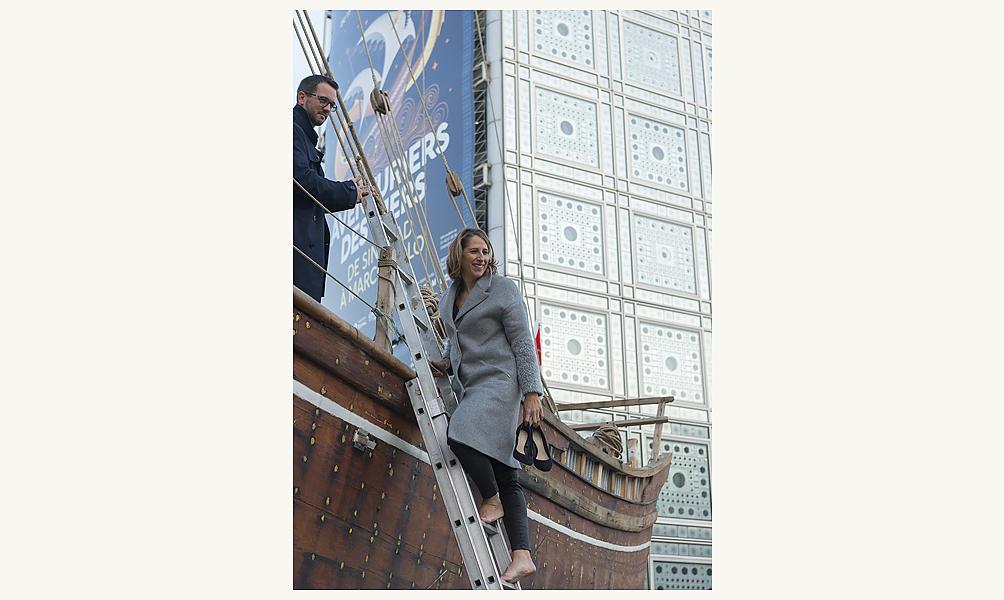 La navigatrice Maud Fontenoy sur le boutre de l'exposition Aventuriers des mers