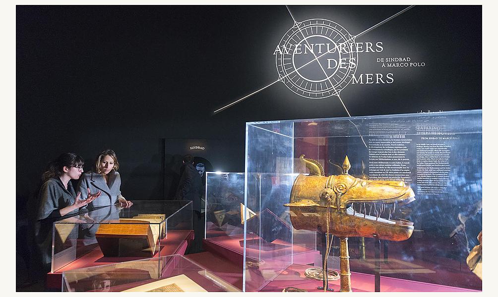 La navigatrice Maud Fontenoy visite l'exposition Aventuriers des mers