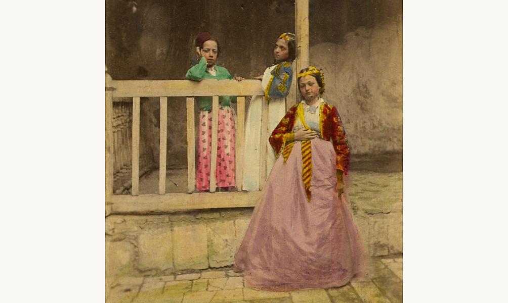 Jeunes filles et enfants juifs de Damas en grande toilette, 1865. © Coll. part. Pierre de Gigord