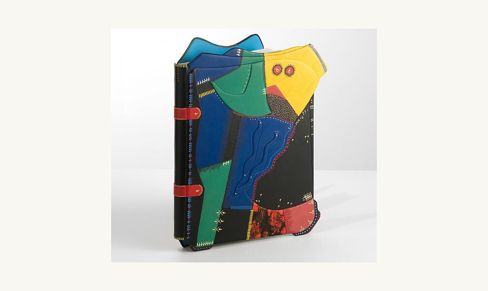 Daniel Knoderer, Portrait de l'Oiseau-Qui-N'Existe-Pas, 1990-1992. Reliure originale sur un exemplaire du livre de Zadkine-Aveline.  Plats recouverts de cuir et de papier incrustés de métal, surmontés de pièces de plastique, 41 x 31 x 4 cm. ©  Lemand/IMA
