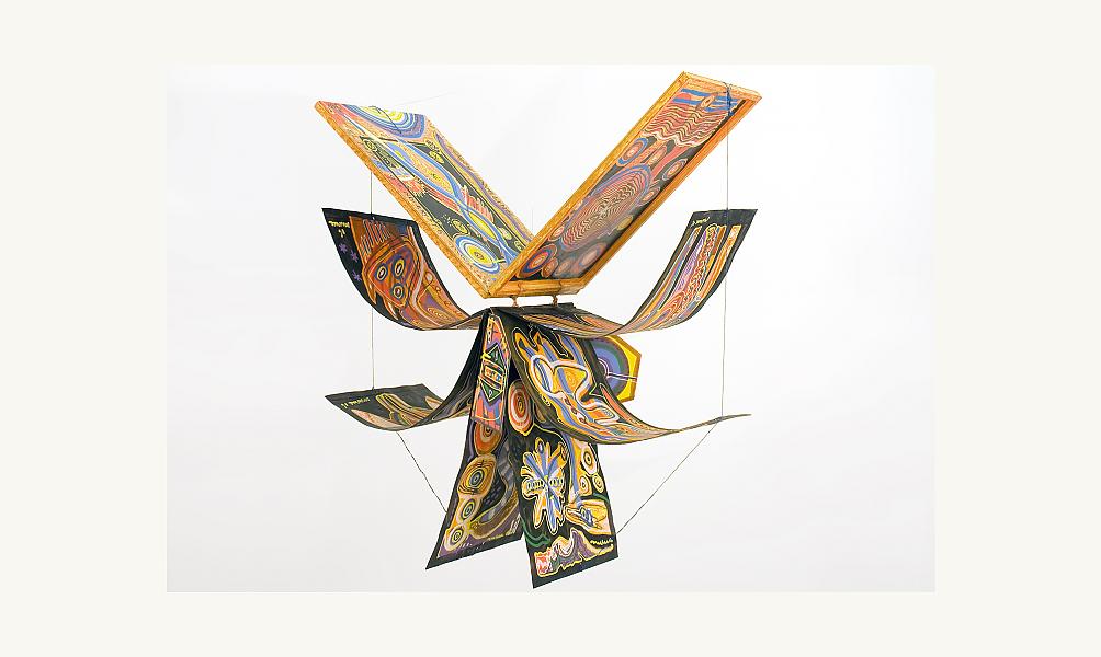 Mario Murua, Portrait de l'Oiseau-Qui-N'Existe-Pas, 2005. Livre unique peint, à suspendre pour le déployer en oiseau. Fermé, 66 x 46 cm. Ouvert, 121 x 60 x 121 cm. © Lemand / IMA