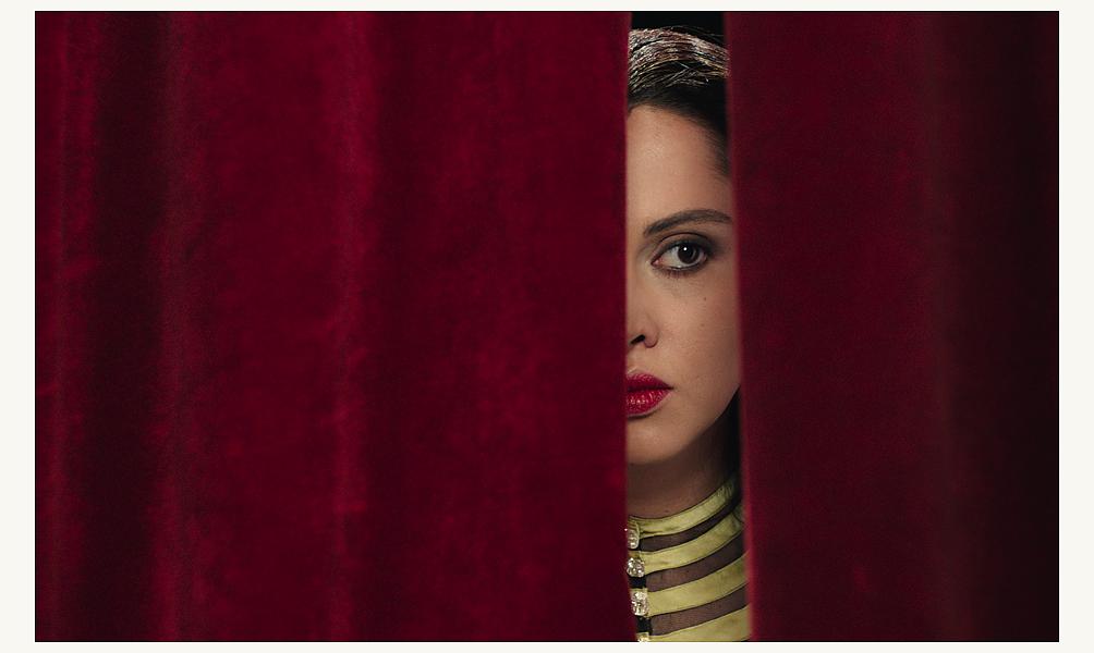 Oum behind the curtain close up, Yasmin Raeis ©Razor Film