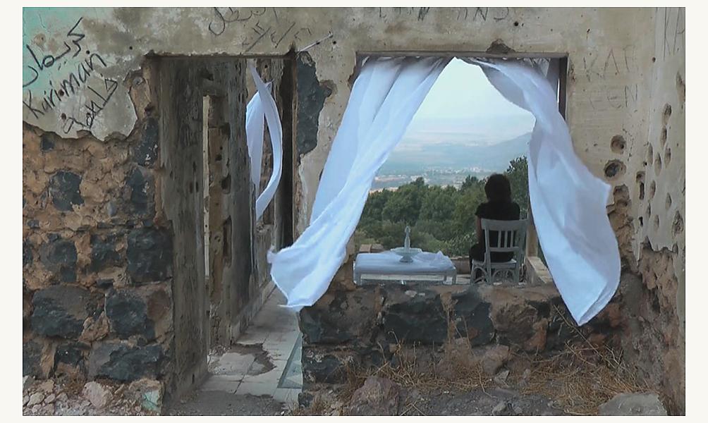 Randa Maddah,   photogramme extrait de la vidéo Light Horizon (Horizon léger), 2012.  © Collection Claude & France Lemand