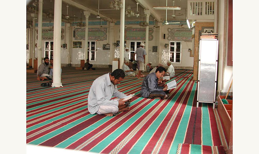 Personnes priant et lisant le Coran dans la mosquée al-Aydarous à Aden, Yémen, en 2002 IMA