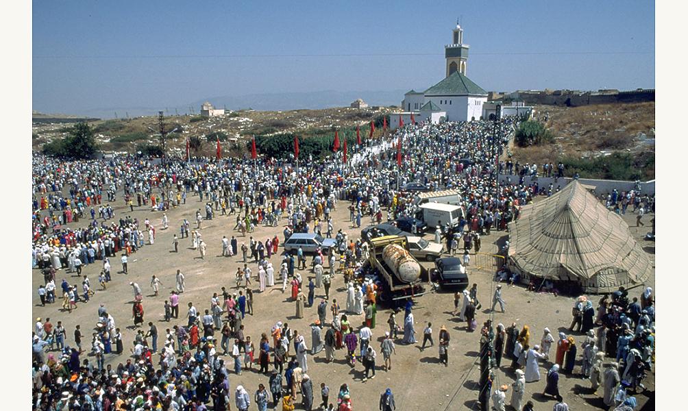 Rassemblement des adeptes de l'ordre mystique des Aïssawa autour du mausolée du fondateur de l'ordre à Meknès, à l'occasion de la célébration de la naissance de Muhammad (Mawlid) IMA