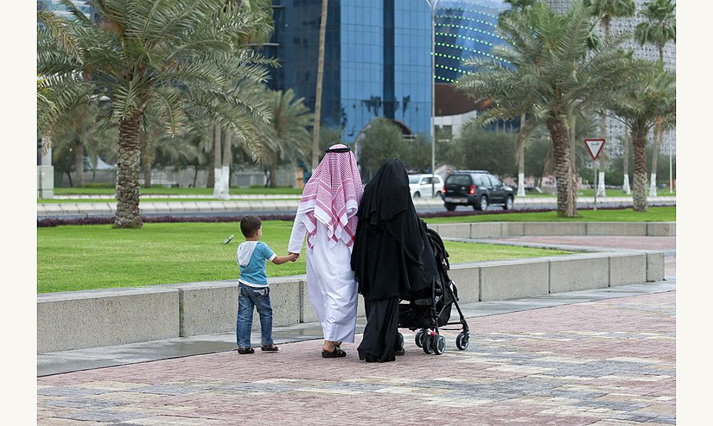 Une famille se promenant sur la corniche à Doha, au Qatar, en 2013 IMA