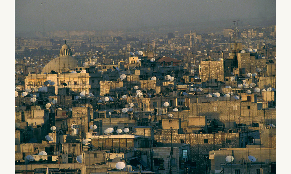 Le développement des chaînes de télévision satellitaires en arabe a fait fleurir des forêts d'antennes satellites dans tout le monde arabe, comme ici en Syrie IMA