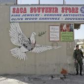 Banksy, Colombe de la paix, Béthléem. © St Dekker
